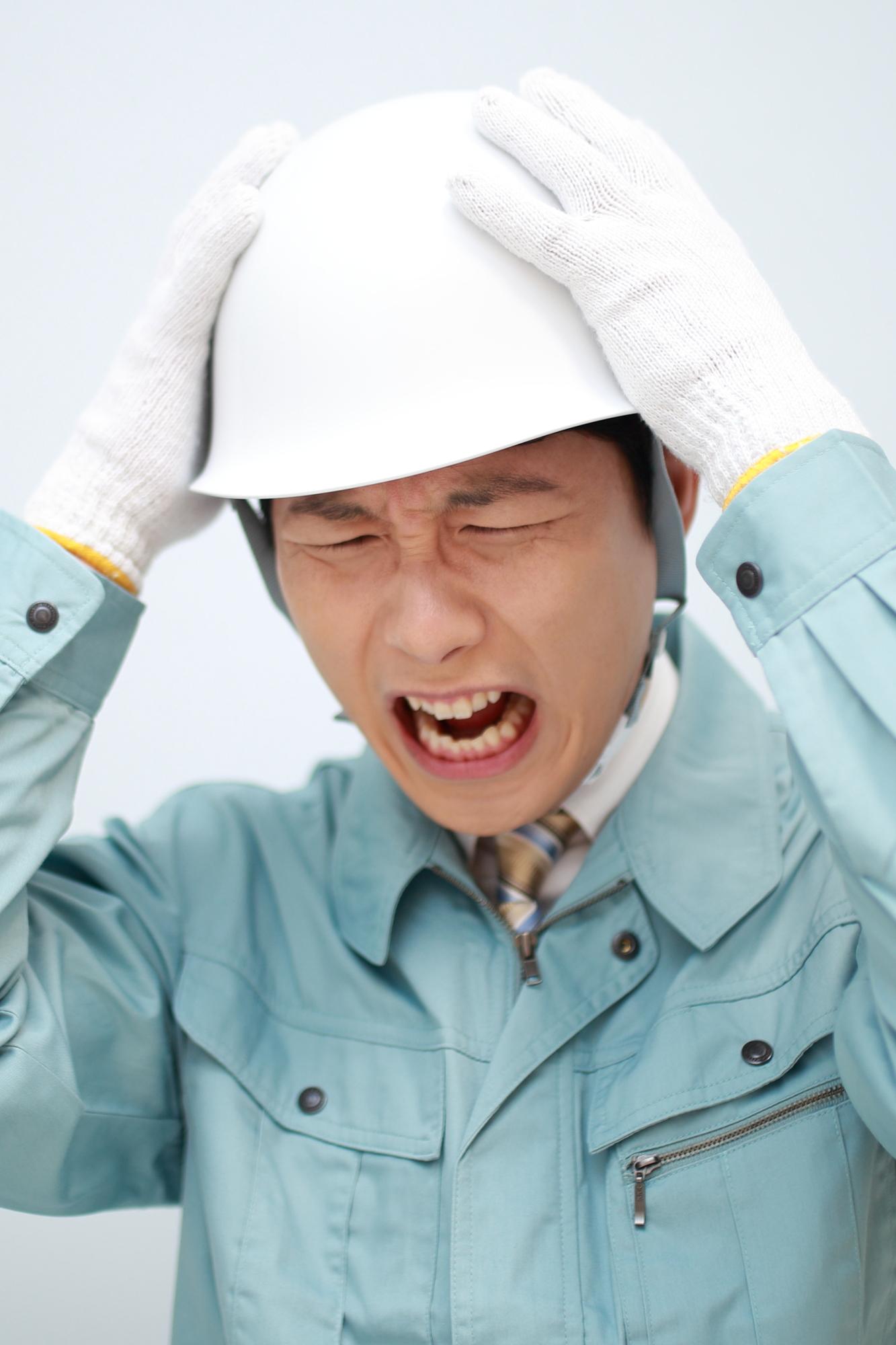 作業者 男性 悩む 叫ぶ 困る 頭掛抱える 泣く 辛い しんどい